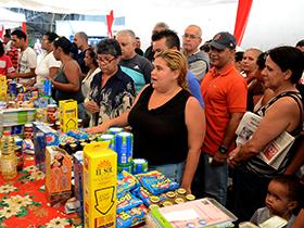 Productos a precios regulados, fueron vendidos para el beneficio del pueblo.