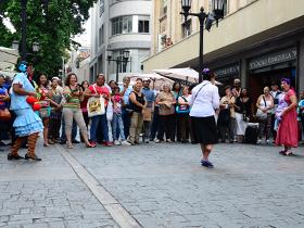 Con obras de teatro y danzas cautivaron a los transeúntes, entre las esquinas de Gradillas a Sociedad.