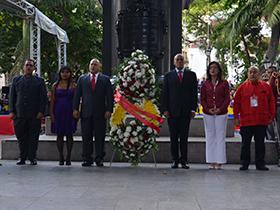 Autoridades realizaron una ofrenda floral ante el monumento de Simón Bolívar