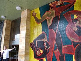 Ubicado en un espacio de la plaza Caracas, esta obra rinde tributo a los valientes pueblos del continente