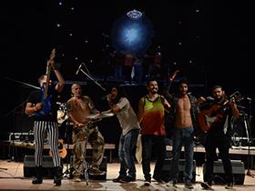 Potente banda que fusionó el popular ritmo gitano con otros géneros como el rock, el pop, la balada, el reggae, el ska, la bachata y el bossa nova.