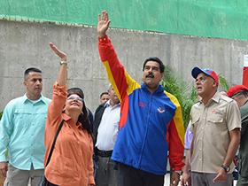 El Alcalde de Caracas, Jorge Rodríguez en la entrega de viviendas este viernes anunció mejoras para la comunidad de Santa Rosa.