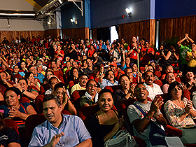 Al final de la proyección, el público aplaudiendo y deseando otra función despide esa película que se hizo más pueblo.