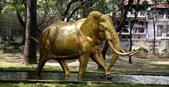 """Los Caobos exhibe escultura """"Elefante Dorado"""""""