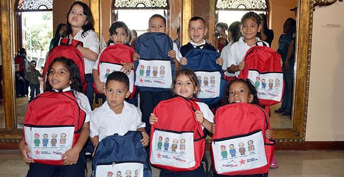 Entrega de utiles a infantes 9jpg