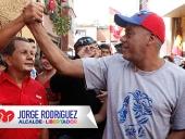 Jorge Rodríguez y Ernesto Villegas en recorrido casa por casa en Los Símbolos. 22 de mayo de 2013z-los-simbolos