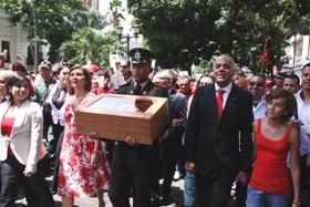 Presidente Hugo Chávez Frías colocó Bandera Nacional sobre el sarcófago del Libertador