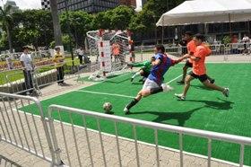 Caimanera de fútbol 5 en las calles