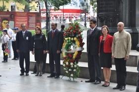 Jagdeo colocó una ofrenda floral a Simón Bolívar