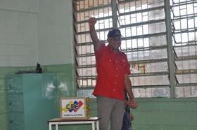 Alcalde de Caracas Votando