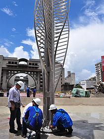 """Fue colocada la primera parte de la escultura titulada """"La Aguja"""" en la Plaza Diego Ibarra"""
