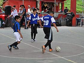 Niños y niñas fueron los protagonistas de la final del Torneo de Fútbol de Salón Infantil realizado en La Vega