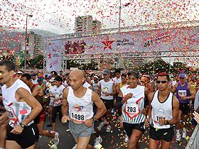 Dos mil quinientos atletas de la capital y fuera de ella recorrieron 21 kilómetros de las principales calles y avenidas de la ciudad