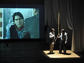 La obra relata la historia de un canal de televisión severamente afectado por la programación de dicha planta