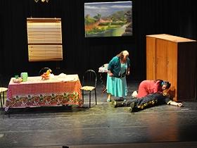 Risas y aplausos colmaron la sala del teatro para expresar el gusto de los asistentes por la obra
