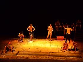 Entre risas, aplausos y la gente de pie exclamó su satisfacción por la excelencia en la pieza teatral