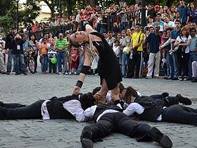 Ciane realiza un espectáculo de teatro físico y danza de altura, que refleja en el hecho escénico las diversas motivaciones, expectativas, pasiones, fantasías y realidades de los seres vivientes