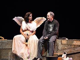 El telón subió para dar paso a un sentido homenaje al dramaturgo y director de la pieza teatral, Rodolfo Santana