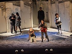 Esta obra relata la historia de Paria y Almitamía, dos artistas marginales en un circo pobre de una ciudad triste