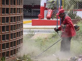 Se inicio el proceso de desmalezamiento para la recuperación y acondicionamiento del parque 13 de Abril