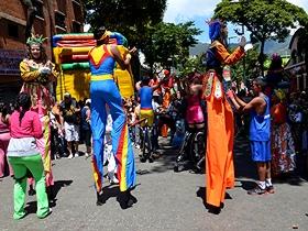 Cientos de personas bailaron al ritmo del calipso y la samba, disfrutaron de colchones inflables, pintacaritas, zanqueros, disfraces y mucho más, para festejar el carnaval en la ciudad capital
