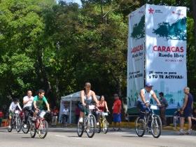 el Parque Los Caobos se concentró gran cantidad de personas de todas las edades, desde niños hasta adultos mayores, que querían aprender a montar bicicleta con la biciescuela.