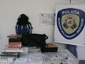 El Comisario General Robinson Navarro,manifestó que al aprehendido se le incautaron 14 licencias en plástico, 65 copias de cédula de identidad