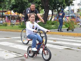 A pesar de la lluvia, desde las siete de la mañana deportistas, amigos, familias, ciclistas y padres con sus hijos e hijas fueron a montar bicicleta en los circuitos establecidos por la Alcaldía de Caracas