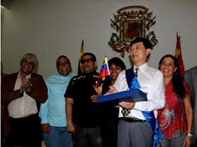 """La delegación asiática, se les condecoró con la Orden Waraira Repano, en su 1ra Clase, recibida por Miao Heling y el Botón """"Buen Ciudadano"""" a sus honorables acompañantes"""