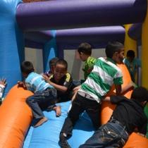 La actividad fue organizada por la Dirección de Servicios Generales de la Alcaldía de Caracas y benefició aproximadamente a unos 250 infantes, quienes se mostraron felices y sonrientes participando de los juegos y disfrutando de ver los payasos.