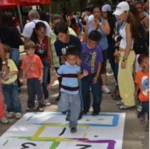 Los niños y niñas se mostraron alegres, sonrientes y brincaban de un lado para el otro, porque tenían variedad de juegos y actividades en las que podían participar